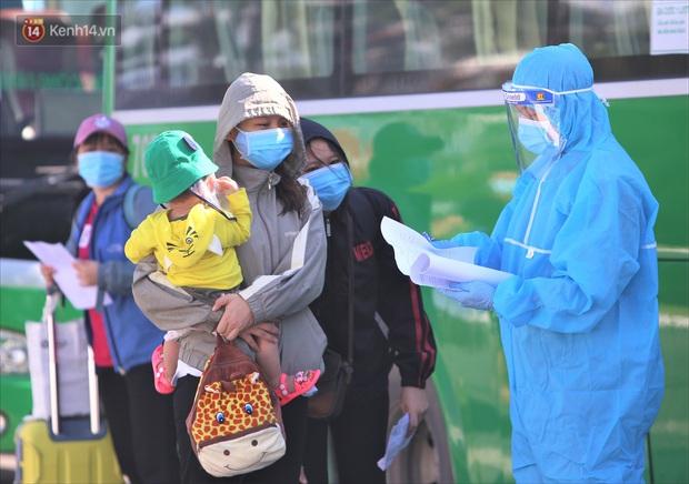 Hơn 700 công nhân, sinh viên Quảng Ngãi được đưa khỏi tâm dịch Đà Nẵng: Chúng tôi rất mừng vì được về quê - Ảnh 4.