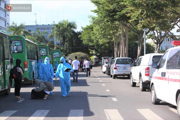 Hơn 700 công nhân, sinh viên Quảng Ngãi được đưa khỏi tâm dịch Đà Nẵng: Chúng tôi rất mừng vì được về quê - Ảnh 7.