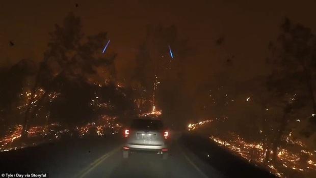 California hóa Hỏa Diệm Sơn vì cháy rừng, dân liều mình lái xe lao qua biển lửa - Ảnh 1.