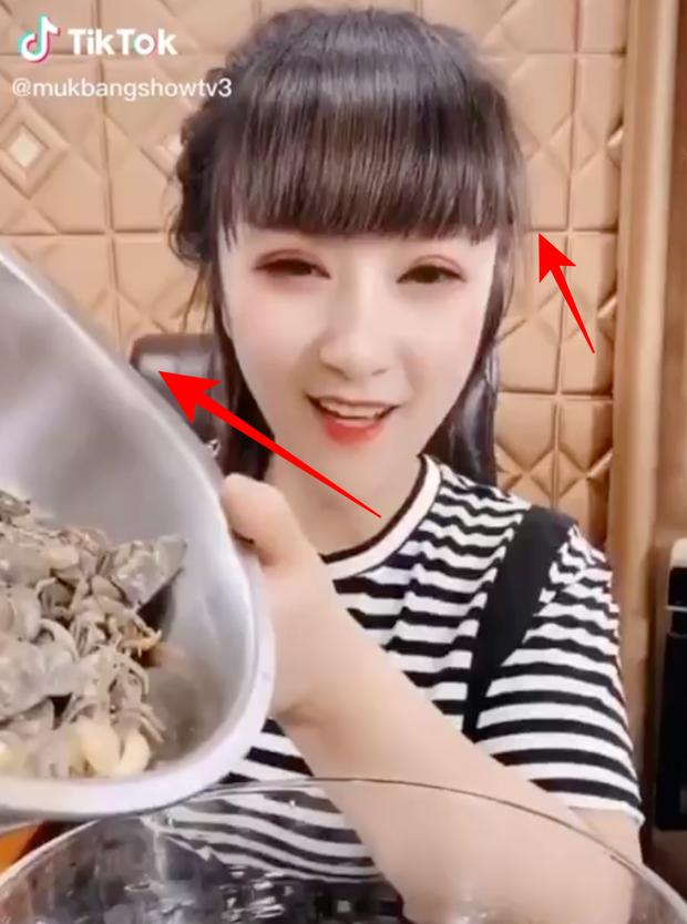 Hot girl mukbang Trung Quốc xài ứng dụng bóp mặt lộ đến méo luôn cả thau cua lẫn bẻ cong bức tường! - Ảnh 2.