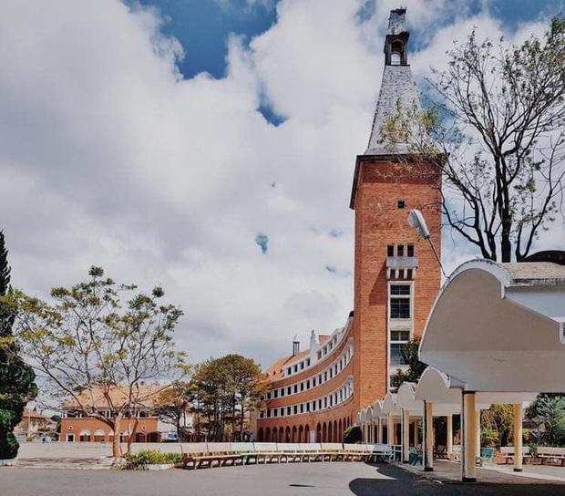 Trường Đại học ở Việt Nam đẹp như một bức tranh, đến cả Sơn Tùng M-TP, Soobin Hoàng Sơn cũng lên tận nơi check-in - Ảnh 1.