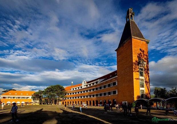 Trường Đại học ở Việt Nam đẹp như một bức tranh, đến cả Sơn Tùng M-TP, Soobin Hoàng Sơn cũng lên tận nơi check-in - Ảnh 4.