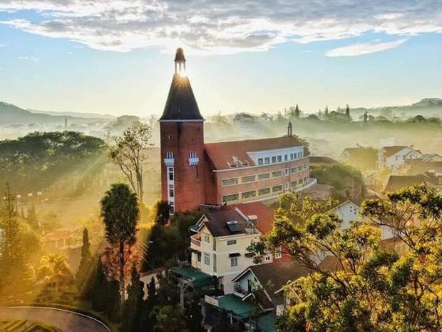 Trường Đại học ở Việt Nam đẹp như một bức tranh, đến cả Sơn Tùng M-TP, Soobin Hoàng Sơn cũng lên tận nơi check-in - Ảnh 3.