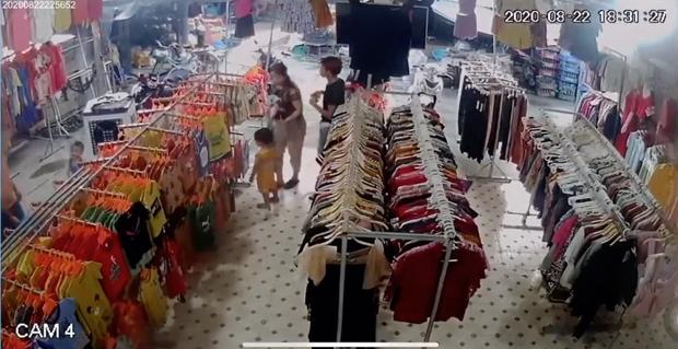 Chủ cửa hàng quần áo hốt hoảng khi biết từng đón tiếp nữ nghi phạm cùng bé trai 2 tuổi: Người đó ngang nhiên mua sắm như 1 gia đình - Ảnh 3.