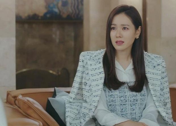 Seo Ye Ji diện váy hiệu trẻ trung sành điệu, chị đẹp Son Ye Jin khoác thêm áo ra ngay dáng đại gia - Ảnh 1.