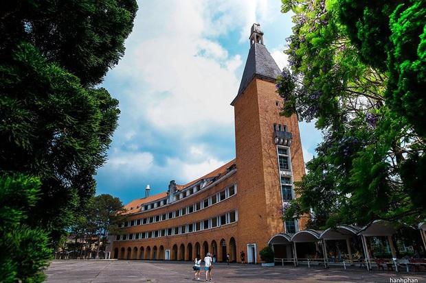 Trường Đại học ở Việt Nam đẹp như một bức tranh, đến cả Sơn Tùng M-TP, Soobin Hoàng Sơn cũng lên tận nơi check-in - Ảnh 7.