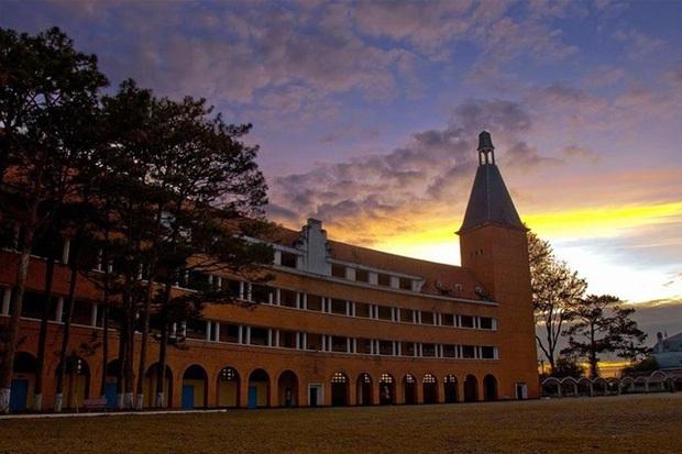 Trường Đại học ở Việt Nam đẹp như một bức tranh, đến cả Sơn Tùng M-TP, Soobin Hoàng Sơn cũng lên tận nơi check-in - Ảnh 8.