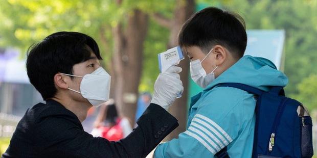 Hàn Quốc thực hiện giãn cách xã hội trên cả nước - Ảnh 2.