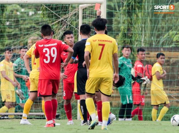 Cầu thủ U22 Việt Nam nhận thẻ đỏ nhưng không bị đuổi khỏi sân trong trận đấu nhiều siêu phẩm - Ảnh 2.