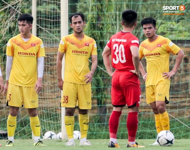 Cầu thủ U22 Việt Nam nhận thẻ đỏ nhưng không bị đuổi khỏi sân trong trận đấu nhiều siêu phẩm - Ảnh 3.