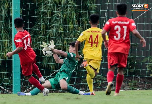 Thủ môn điển trai của U22 Việt Nam xử lý sai, khiến đồng đội dính đòn đúng chỗ hiểm - Ảnh 4.