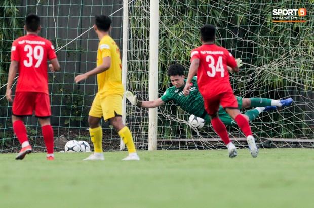 Thủ môn điển trai của U22 Việt Nam xử lý sai, khiến đồng đội dính đòn đúng chỗ hiểm - Ảnh 1.