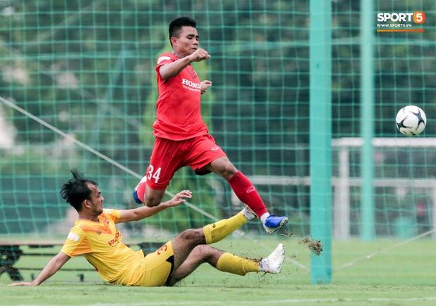 HLV Park Hang-seo không cản nổi học trò đá quyết liệt dù đã cấm xoạc bóng sau sự cố chấn thương - Ảnh 1.