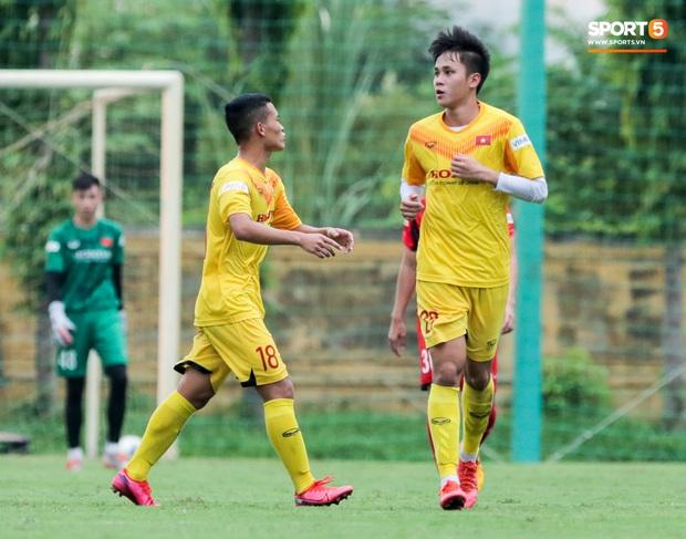 Cầu thủ U22 Việt Nam nhận thẻ đỏ nhưng không bị đuổi khỏi sân trong trận đấu nhiều siêu phẩm - Ảnh 6.