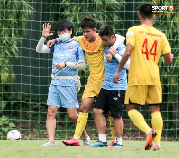 HLV Park Hang-seo không cản nổi học trò đá quyết liệt dù đã cấm xoạc bóng sau sự cố chấn thương - Ảnh 2.