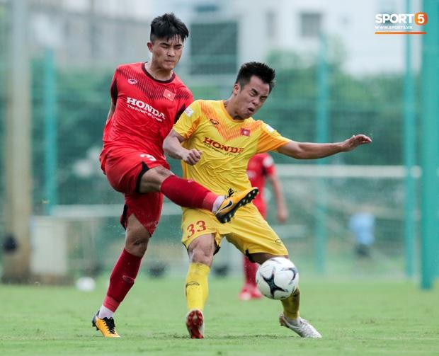 Cầu thủ U22 Việt Nam nhận thẻ đỏ nhưng không bị đuổi khỏi sân trong trận đấu nhiều siêu phẩm - Ảnh 1.