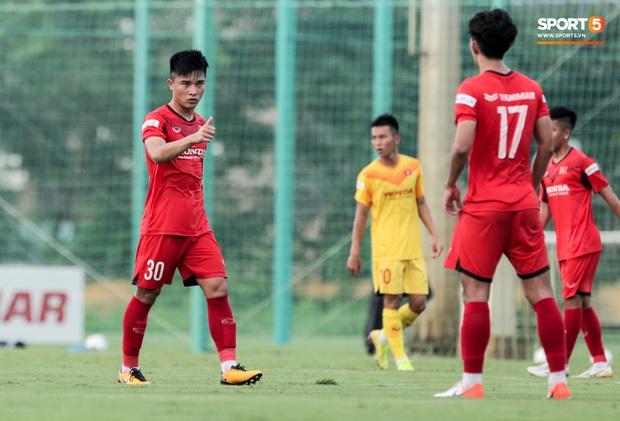 Cầu thủ U22 Việt Nam nhận thẻ đỏ nhưng không bị đuổi khỏi sân trong trận đấu nhiều siêu phẩm - Ảnh 5.