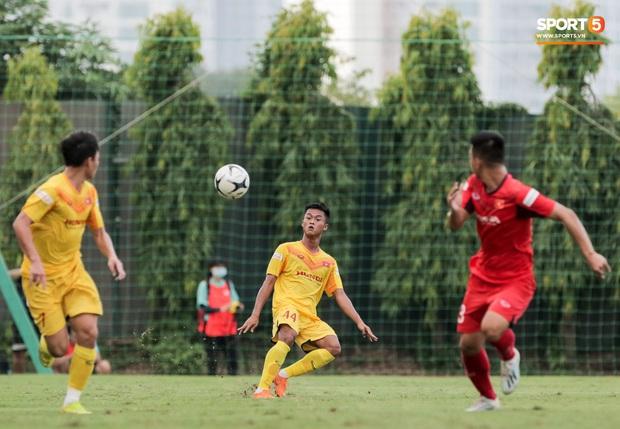 Cầu thủ U22 Việt Nam nhận thẻ đỏ nhưng không bị đuổi khỏi sân trong trận đấu nhiều siêu phẩm - Ảnh 9.