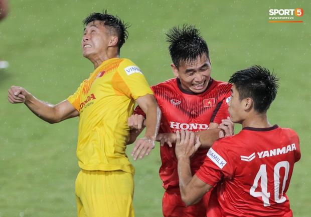HLV Park Hang-seo không cản nổi học trò đá quyết liệt dù đã cấm xoạc bóng sau sự cố chấn thương - Ảnh 6.