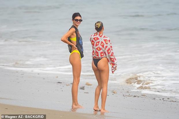 Kendall Jenner và Hailey biến bãi biển thành đấu trường đọ body: Bà xã Justin lấn át cả chân dài cực phẩm nàng mẫu siêu hot? - Ảnh 6.