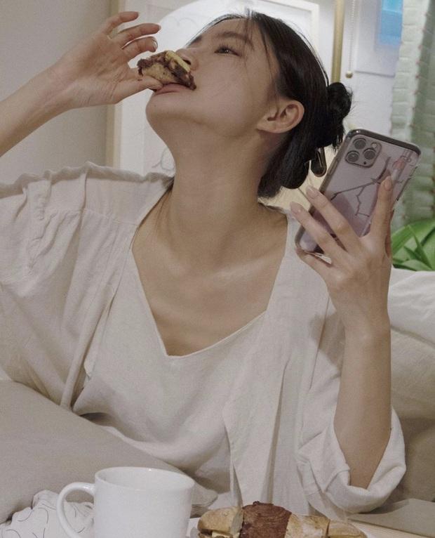 3 loại thực phẩm yêu thích của nhiều cô gái, càng ăn nhiều càng khiến bạn nhanh già, da dễ sần sùi, nổi mụn - Ảnh 2.