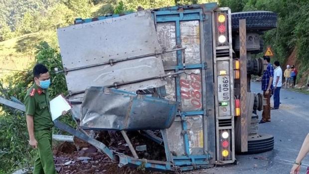 Xe tải lật khi đổ đèo, tài xế nhập viện, 2 mẹ con tử vong tại chỗ - Ảnh 1.