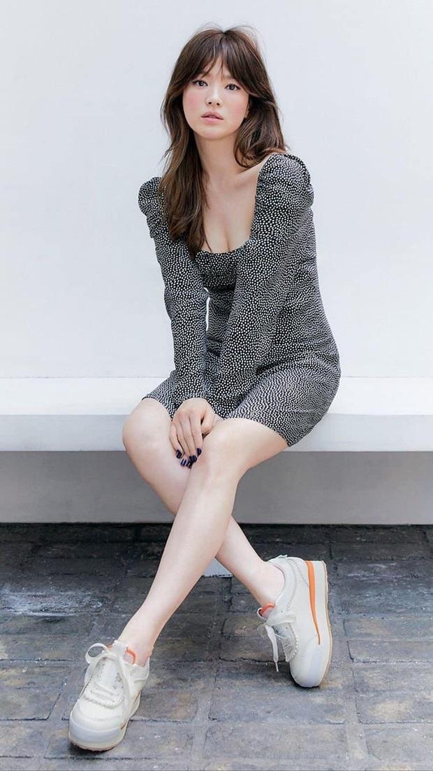 Hiếm lắm mới thấy Song Hye Kyo diện váy Zara, đáng nói là còn chịu khoe vòng 1 lấp ló - Ảnh 2.