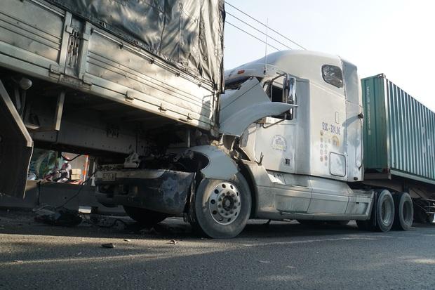 """TP.HCM: Đầu xe tải bị vò nát sau tai nạn liên hoàn, Quốc lộ 1 """"tê liệt"""" hơn 5km - Ảnh 2."""
