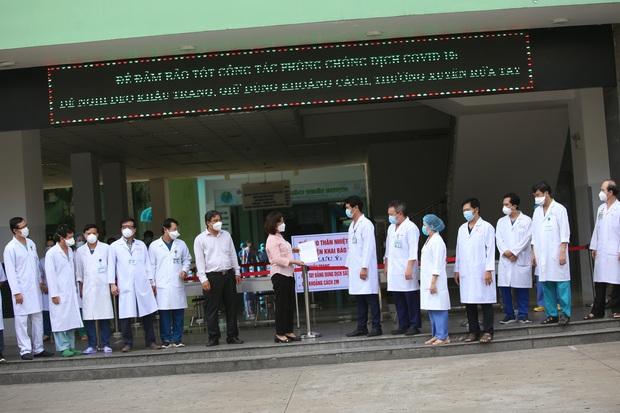 Ảnh: Y bác sĩ bật khóc, vỡ òa hạnh phúc trong giây phút Bệnh viện Đà Nẵng được gỡ lệnh phong tỏa - Ảnh 3.