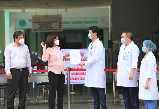 Ảnh: Y bác sĩ bật khóc, vỡ òa hạnh phúc trong giây phút Bệnh viện Đà Nẵng được gỡ lệnh phong tỏa - Ảnh 2.