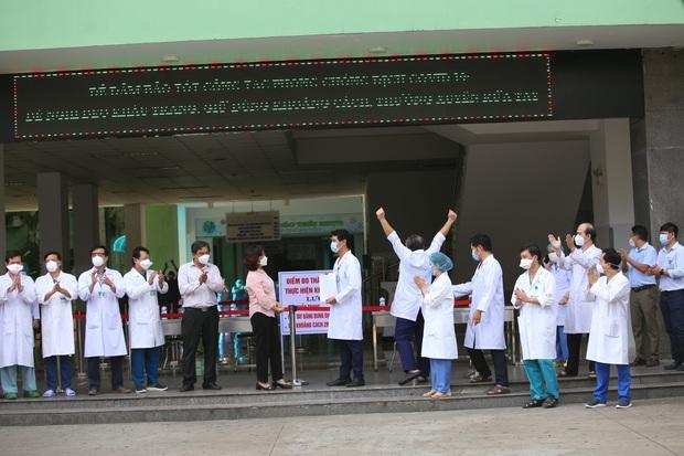Ảnh: Y bác sĩ bật khóc, vỡ òa hạnh phúc trong giây phút Bệnh viện Đà Nẵng được gỡ lệnh phong tỏa - Ảnh 4.