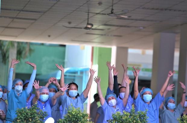 Ảnh: Y bác sĩ bật khóc, vỡ òa hạnh phúc trong giây phút Bệnh viện Đà Nẵng được gỡ lệnh phong tỏa - Ảnh 10.