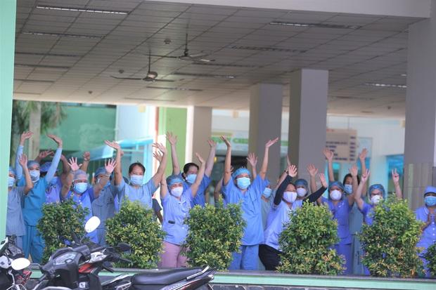 Ảnh: Y bác sĩ bật khóc, vỡ òa hạnh phúc trong giây phút Bệnh viện Đà Nẵng được gỡ lệnh phong tỏa - Ảnh 5.