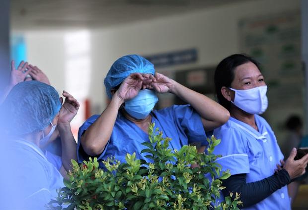 Ảnh: Y bác sĩ bật khóc, vỡ òa hạnh phúc trong giây phút Bệnh viện Đà Nẵng được gỡ lệnh phong tỏa - Ảnh 6.