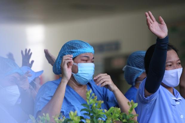 Ảnh: Y bác sĩ bật khóc, vỡ òa hạnh phúc trong giây phút Bệnh viện Đà Nẵng được gỡ lệnh phong tỏa - Ảnh 7.