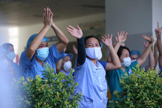 Ảnh: Y bác sỹ ôm nhau, khóc vỡ òa trong giây phút Bệnh viện Đà Nẵng được gỡ lệnh phong tỏa - Ảnh 8.