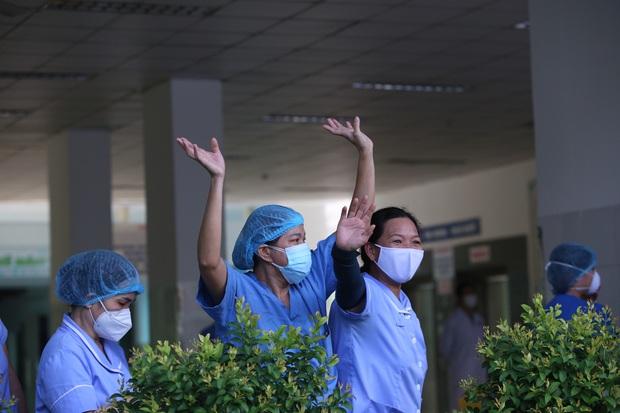 Ảnh: Y bác sĩ bật khóc, vỡ òa hạnh phúc trong giây phút Bệnh viện Đà Nẵng được gỡ lệnh phong tỏa - Ảnh 9.