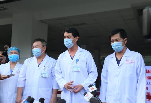 Ảnh: Y bác sĩ bật khóc, vỡ òa hạnh phúc trong giây phút Bệnh viện Đà Nẵng được gỡ lệnh phong tỏa - Ảnh 11.