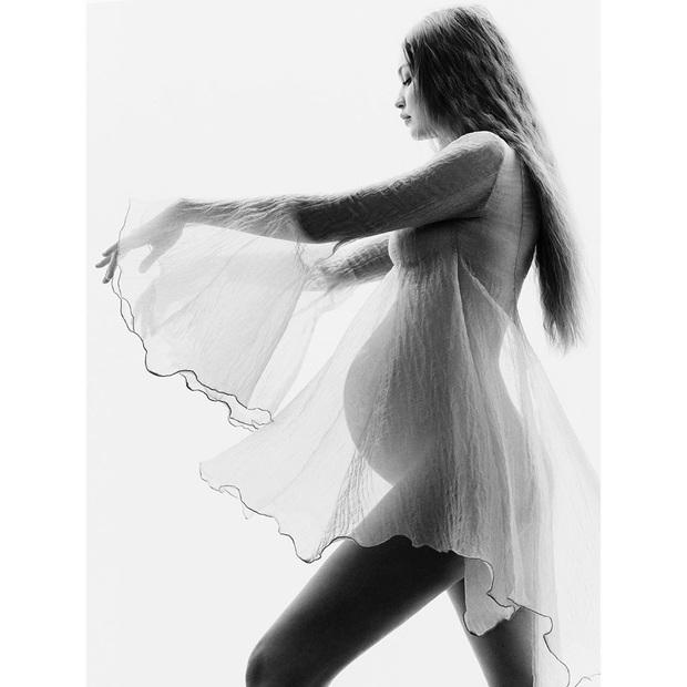 Gigi Hadid khiến MXH nổ trời với bộ ảnh khoe bụng bầu: Đẹp như nữ thần Hy Lạp, đường cong mê hoặc hàng triệu người - Ảnh 4.