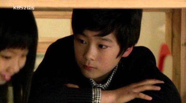 Knet phát sốt với loạt mẫu nhí giờ thành idol: Nam thần Vườn Sao Băng lột xác, 2 sao nhí thành em trai BLACKPINK - BTS - Ảnh 17.