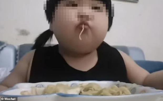 Bố mẹ gây phẫn nộ khi ép con gái 3 tuổi ăn không ngừng để quay video Mukbang kiếm tiền trên các nền tảng livestream - Ảnh 1.