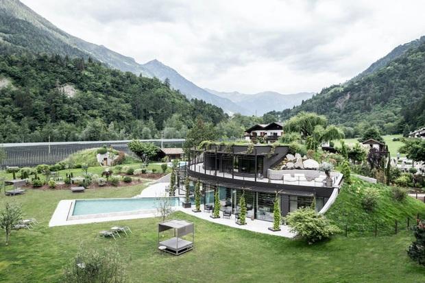 Khách sạn tách biệt với thế giới xô bồ là đây: View núi rừng, hồ bơi ngoài trời to đùng và spa xông hơi không thể lý tưởng hơn - Ảnh 1.
