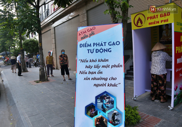 Người dân tấp nập xếp hàng tại cây ATM gạo miễn phí ở Hà Nội: Mỗi ngày 3 kg, cô chú cứ ăn hết lại đến lấy - Ảnh 9.