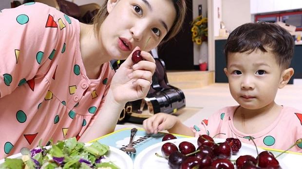 Dân tình liên tục hỏi bí quyết giảm cân sau sinh: bà mẹ trẻ nhất Kbiz Yulhee quay hẳn vlog chỉ cách giảm 30kg hậu sinh nở - Ảnh 7.