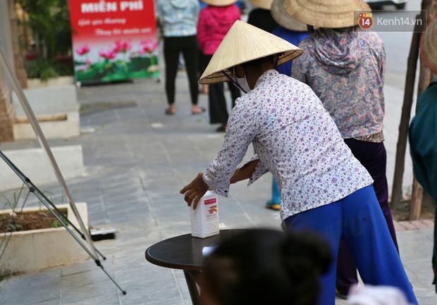 Người dân tấp nập xếp hàng tại cây ATM gạo miễn phí ở Hà Nội: Mỗi ngày 3 kg, cô chú cứ ăn hết lại đến lấy - Ảnh 6.