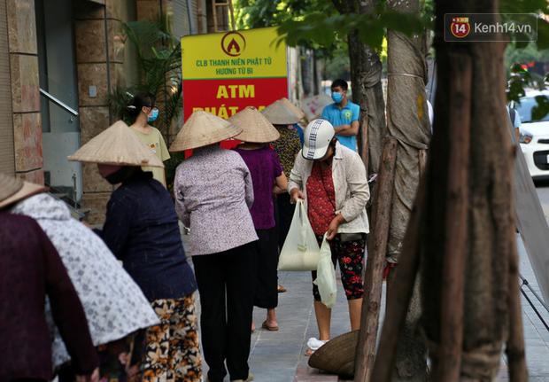Người dân tấp nập xếp hàng tại cây ATM gạo miễn phí ở Hà Nội: Mỗi ngày 3 kg, cô chú cứ ăn hết lại đến lấy - Ảnh 4.