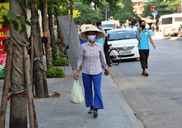 Người dân tấp nập xếp hàng tại cây ATM gạo miễn phí ở Hà Nội: Mỗi ngày 3 kg, cô chú cứ ăn hết lại đến lấy - Ảnh 19.