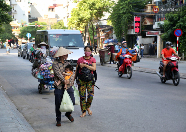 Người dân tấp nập xếp hàng tại cây ATM gạo miễn phí ở Hà Nội: Mỗi ngày 3 kg, cô chú cứ ăn hết lại đến lấy - Ảnh 20.