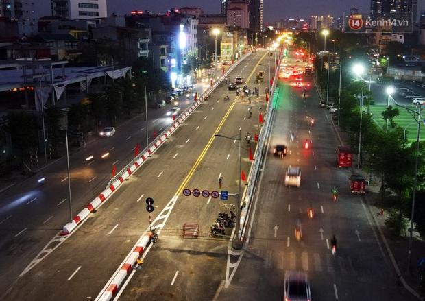 Chùm ảnh: Nhìn từ trên cao cây cầu vượt dầm thép nối liền 3 quận nội thành Hà Nội trước ngày thông xe - Ảnh 10.