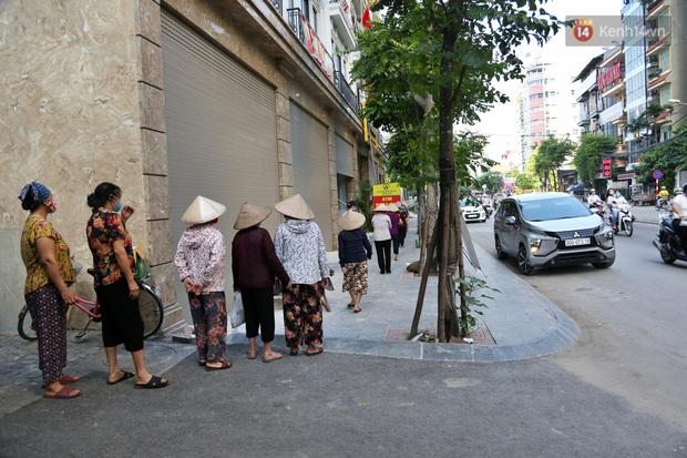 Người dân tấp nập xếp hàng tại cây ATM gạo miễn phí ở Hà Nội: Mỗi ngày 3 kg, cô chú cứ ăn hết lại đến lấy - Ảnh 2.
